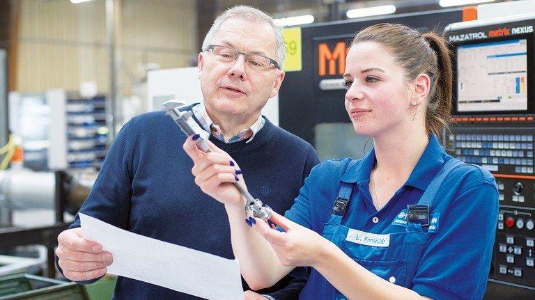 Top-Azubi: Betriebsleiter Volker Trinkaus ist mehr als zufrieden mit den Leistungen von Lana Kordelidis.