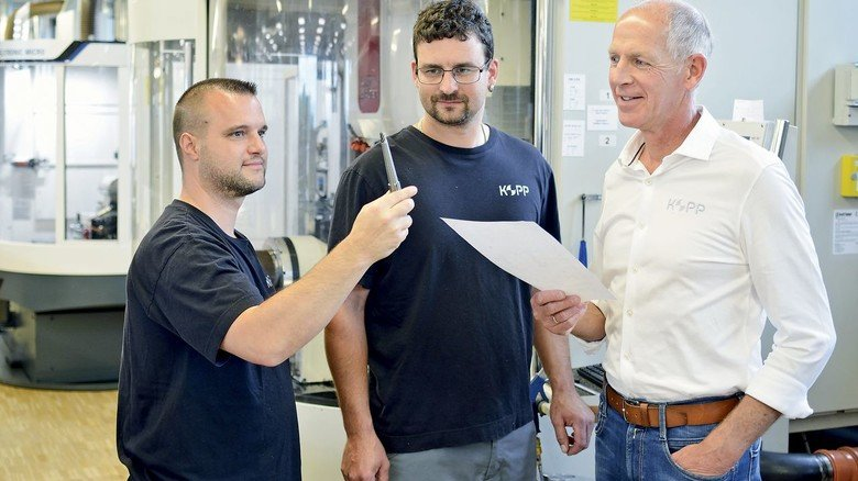 Die Firma fertigt Werkzeuge für alle möglichen Zwecke: Die beiden Mitarbeiter Matthias Marquardt und Timo Scheichenost (von links) mit Achim Kopp.