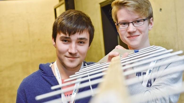 """Zwei Mitglieder des """"Team Science"""" vom Wilhelm-Busch-Gymnasium Stadthagen mit der Ortungsantenne. Die niedersächsischen Schüler wollten mit ihrem Satelliten die Feinstaubbelastung und den Kohlenmonoxidgehalt der Luft erforschen. Foto: Bahlo"""