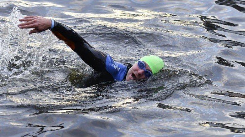 Paul Jacobs auf den ersten Metern der 3,8 Kilometer langen Schwimmstrecke durch die Hamburger Alster. Foto: Christian Augustin