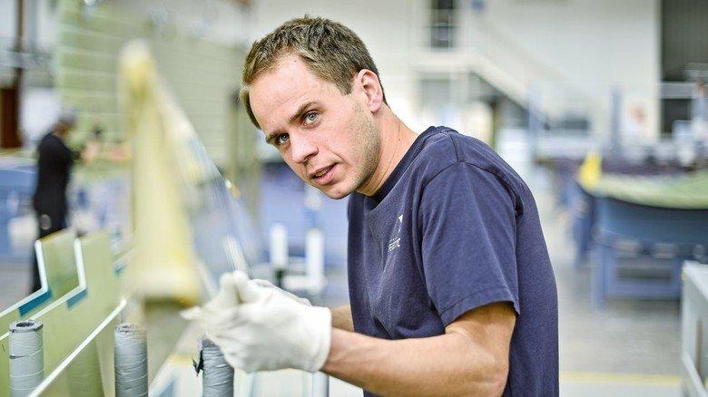 Geschultes Auge: Jan Knutzen bei der Kontrolle einer Tragflächenkante.