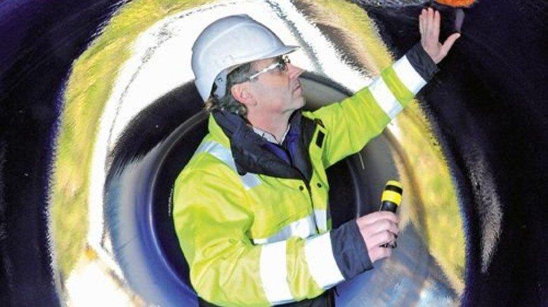Dem Rost heimgeleuchtet: Tüv-Ingenieur Olaf Fuchs zeigt eine Roststelle in einem stillgelegten Kessel. Foto: Sturm
