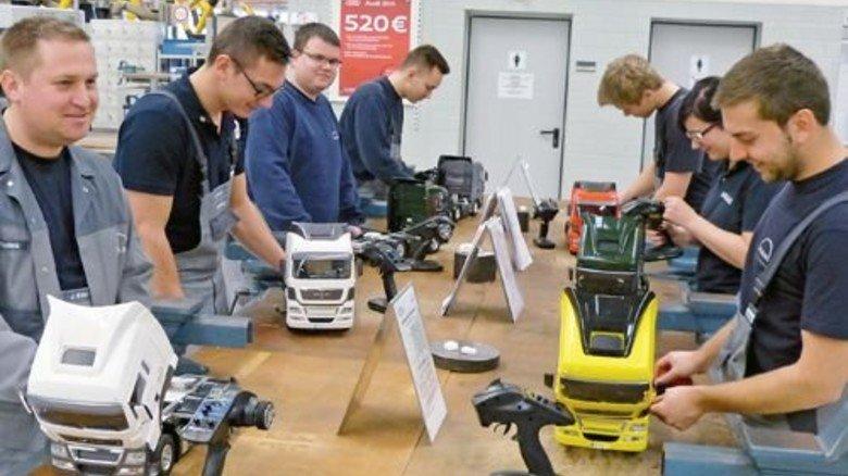 Industrie 4.0 im Mini-Lkw: Die Azubis schrauben, das Tablet überwacht alle Schritte. Foto: Werk