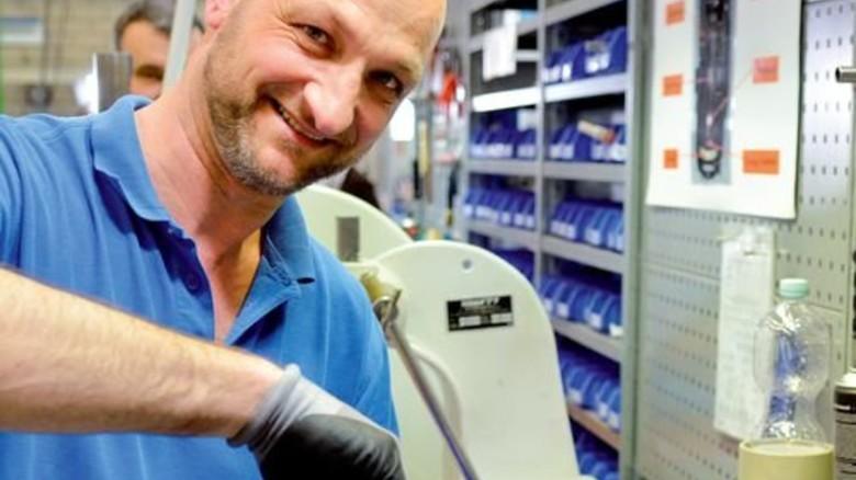 Hilft neuen Kollegen bei der Einarbeitung: Montagemitarbeiter Josef Paparella. Foto: Scheffler