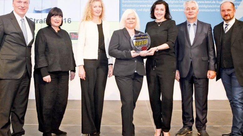 Auf festlicher Bühne: Marzena Szojda (Vierte von links) erhält von Staatssekretärin Dorothee Bär (rechts daneben) in Berlin den Pokal. Foto: Werk