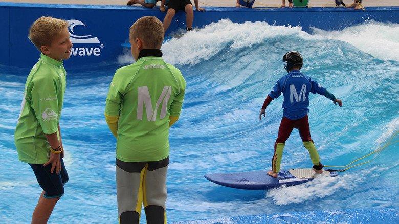 Surfen im künstlichen Becken: Die Welle lässt sich in der Höhe verstellen und ist auch für Anfänger geeignet.