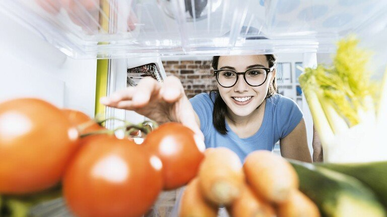 Gut gelagert: Ein neues Verfahren von emz hält die Luft im Kühlschrank rein, das killt unter anderem Bakterien.