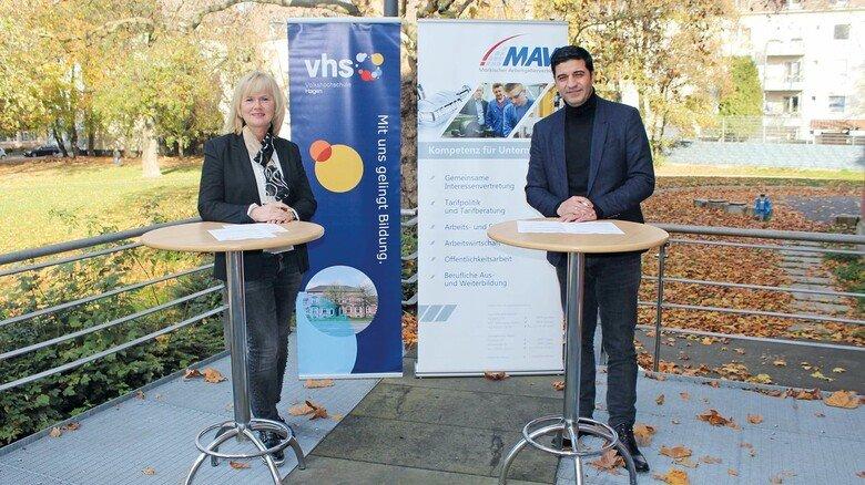 Kooperation: Bianca Sonnenberg (VHS) und Özgür Gökce (MAV) unterzeichneten den Vertrag.