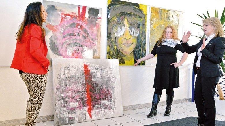 Auswahlgespräch: Die Künstlerinnen Canan-Arzu Akin und Birgit Fuchs-Dohn mit Neuschäfer-Vertriebschefin Filomena Rios (von links).