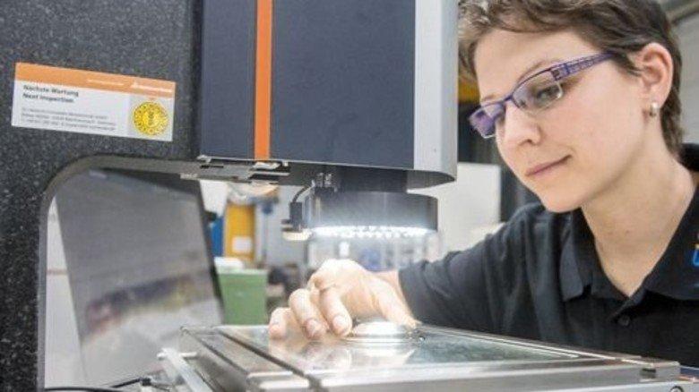 Präzise: Kerstin Rack während der optischen Vermessung eines Bauteils. Foto: Weigel