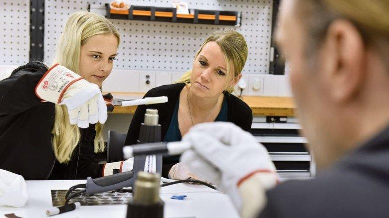 Praxistest: Annika Ketelhohn (links) und Janina Falkenhagen erhitzen einen Schrumpfschlauch. Foto. Christian Augustin