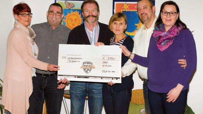 Stolze Summe erspielt: Nach dem Turnier konnten die Veranstalter einen Scheck über 3.001 Euro übergeben. Foto: Looft