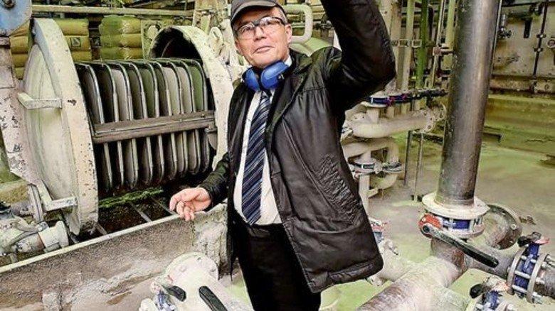 Klare Lösung: Produktionsleiter Winfried Meyrich prüft eine Probe flüssiges Wasserglas. Foto: Sandro