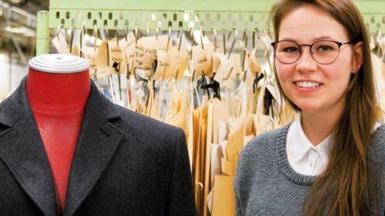Prüfungsarbeit: Janka Schmerge näht derzeit an einem Herrenmantel. Foto: Bugatti