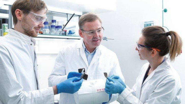 Teamarbeit: Opwis mit Doktorantin Katharina Courth und Laborant Marcel Remek. Foto: Wirtz