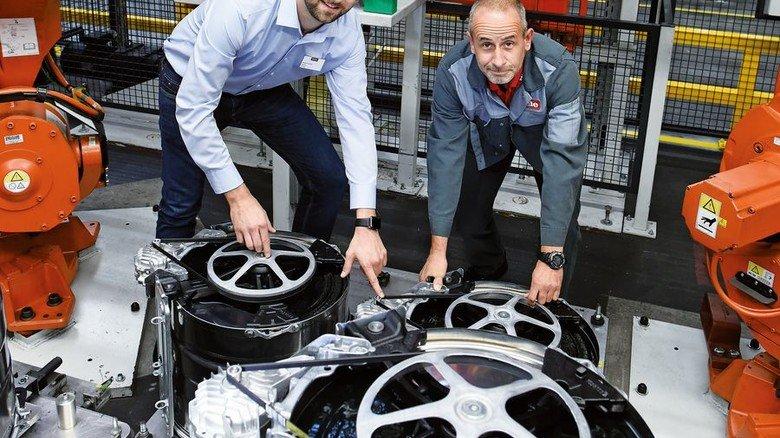 In der Vormontage von Miele: Bastian Schultz mit Maschinenführer Ralf Stollhans. Hier kommen vor allem Roboter zum Einsatz. Foto: Wirtz