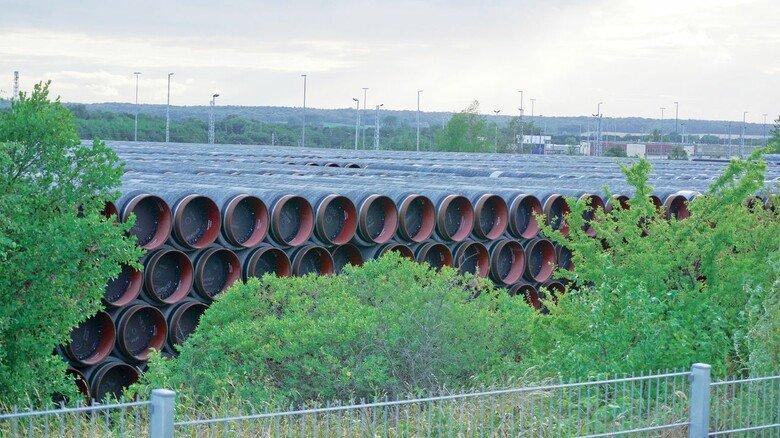 """Rohre für """"Nord Stream 2"""": Im Hafen von Sassnitz auf Rügen stapeln sie sich, weil der Bau nicht weitergeht."""