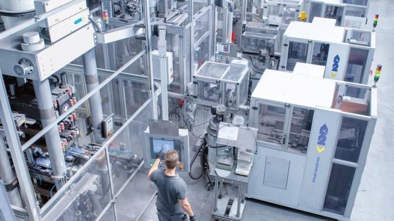Die Produktion in Radevormwald: Pro Jahr gehen 40Millionen Bauteile raus. Das Gros wird in Autos verbaut. Foto: Moll
