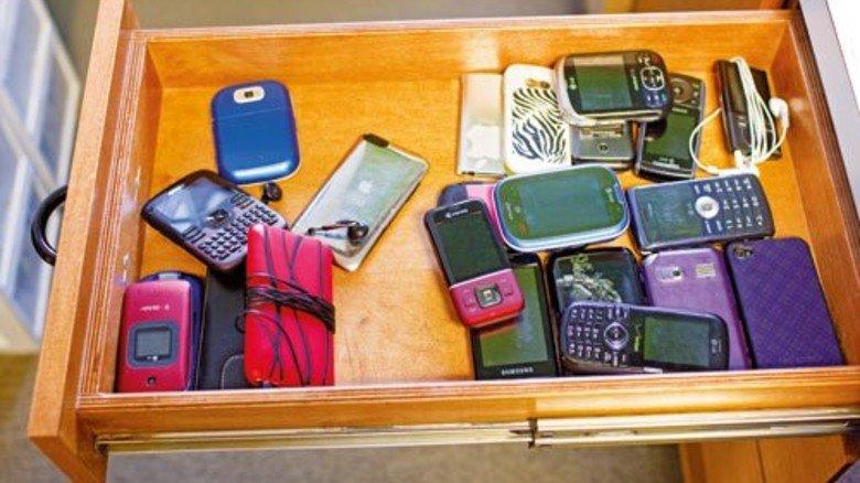 Ungenutzte Handys: Gut 100Millionen Altgeräte schlummern hierzulande in Schrank oder Schublade. Foto: Mauritius