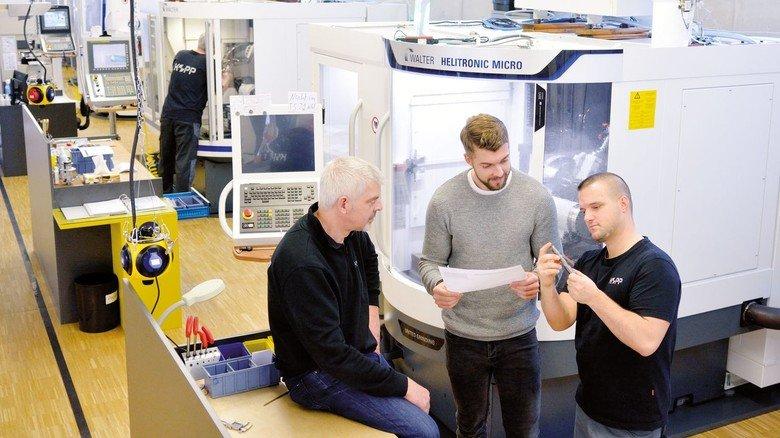 Ein Team: Jürgen und Tobias Kopp im Gespräch mit Mitarbeiter Matthias Marquard (rechts).