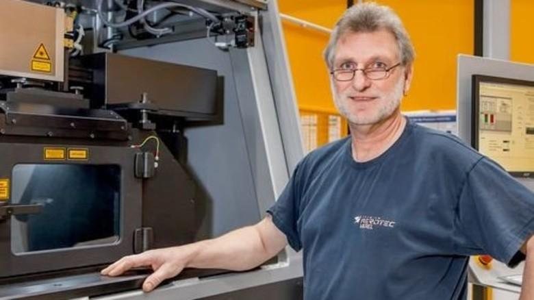 Erfahrener Praktiker: Maschinenbediener Gerold Tetzlaff ist ein alter Hase bei Premium Aerotec. Er stellt die ALM-Anlage ein und überwacht die Produktion. Foto: Ahlert