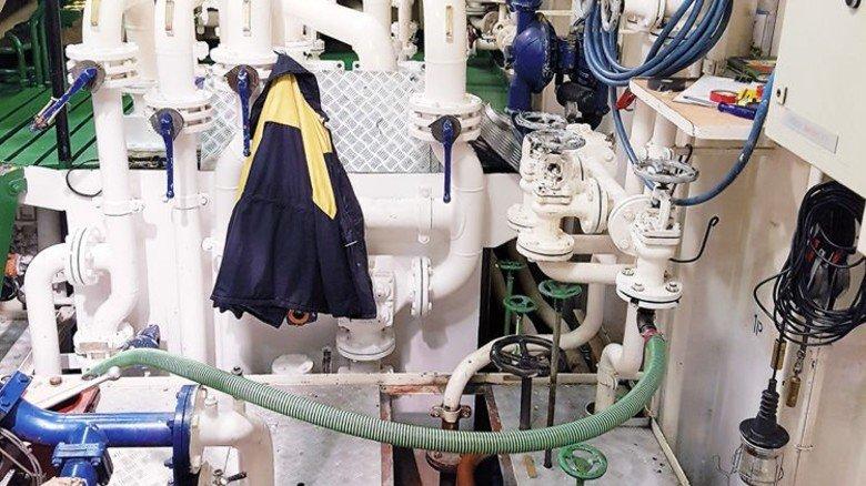 Innenansicht: Im Maschinenraum gibt es nicht nur den Motor, sondern auch jede Menge Armaturen, Leitungen und Rohre. Foto: Werk