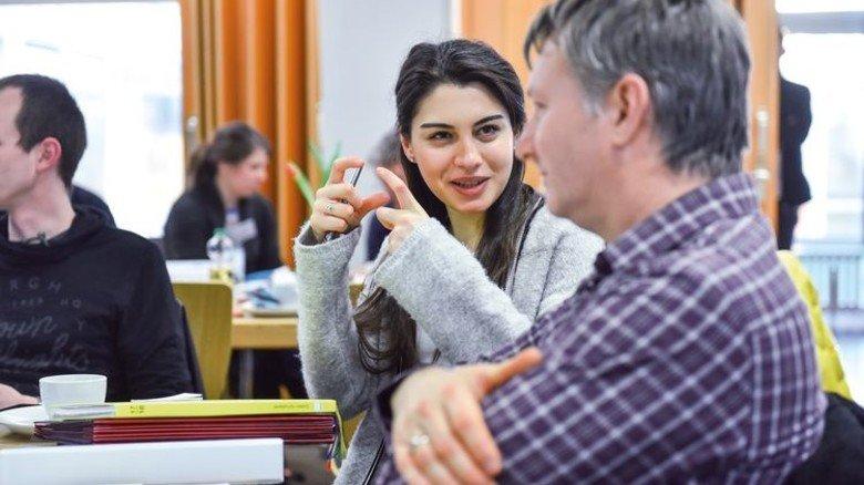 Erste Ideen: Lehrerin Esra Dikmen mit Hella-Ingenieur Dirk Geisler. Foto: Christian Augustin