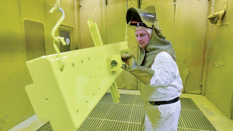 In der Lackier-Kabine: Sven Hartmann sorgt dafür, dass die einzelnen Komponenten der Schierholz-Förderanlagen die richtige Farbe bekommen.