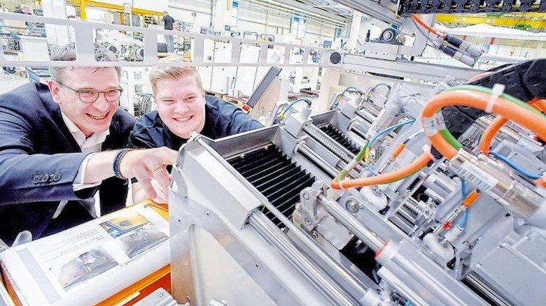 Chef zum Anfassen: René Leroux mit Mechatroniker und Jugend- und Auszubildendenvertreter Niklas Heidkamp an einer Poliermaschine. Foto: Sandro
