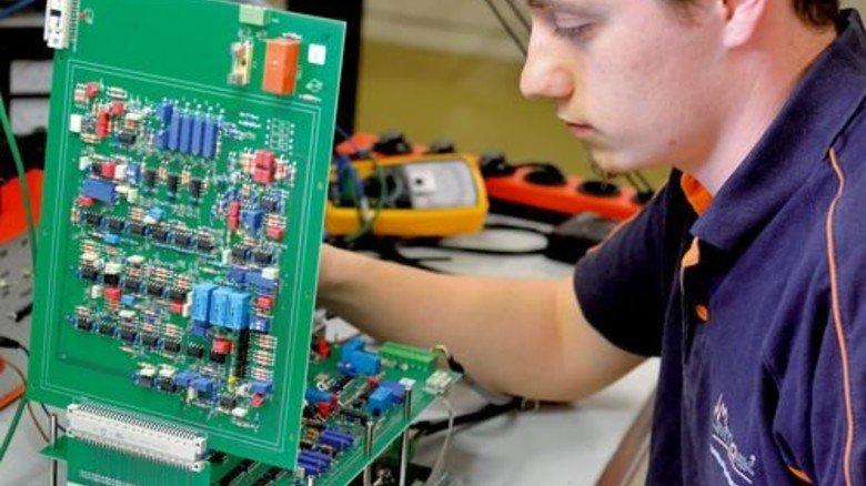 Endkontrolle: Elektroniker Raphael Mäder prüft eine fertig montierte Baugruppe aus Leiterplatten. Foto: Scheffler