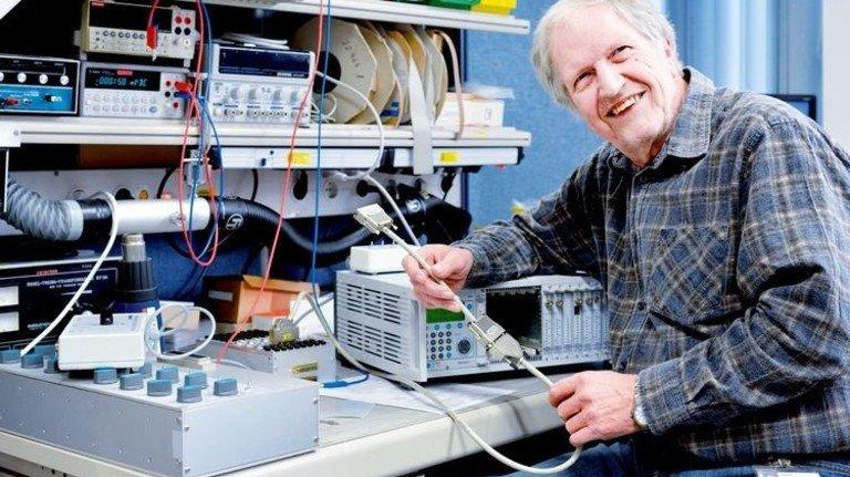 Immer noch mit Freude aktiv: Der Elektromechaniker Helmut Keil an seinem Arbeitsplatz. Foto: Scheffler