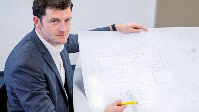Viel Detailkenntnis: Schmitt studiert häufig Baupläne. Foto: Karmann