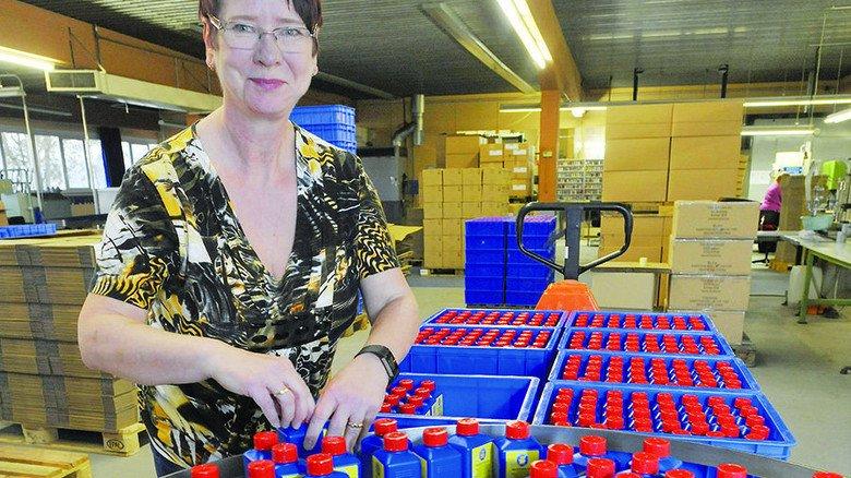 Handarbeit: Mitarbeiterin Heike Kunze verpackt die Nachfüllflaschen. Foto: Sigwart