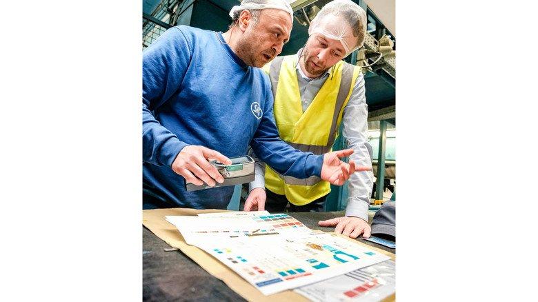 Fachliche Abstimmung: Werkleiter Gert-Jaap Pijper (rechts) mit Maschinenbediener Cihan Karakaya an einem Prüfplatz.