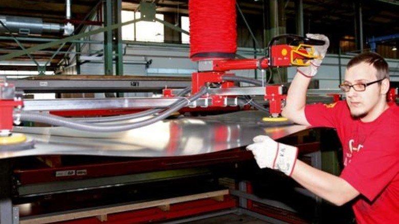 Noch eine große Fläche: Kevin Heinrich an einem Blech, aus dem die Teile für die Formstücke geschnitten werden. Foto: Nougrigat