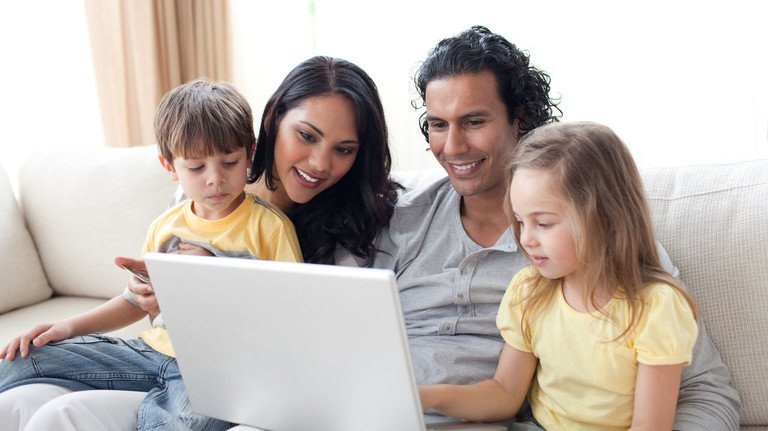Spaß für die ganze Familie: Jetzt hat man genug Zeit für Spiele am Tablet oder Smartphone.
