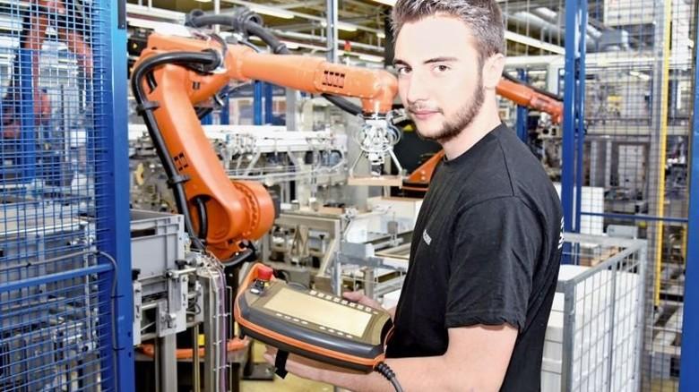 Hat das Programmieren drauf: Der frischgebackene Elektroniker Lukas Florschütz. Foto: Werk