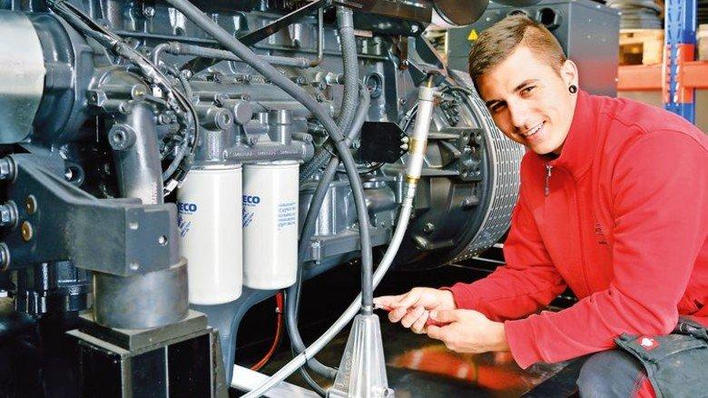 Endspurt: Azubi Jason Ohnmacht dreht die letzte Schraube an einem Notstromaggregat fest. Foto: Scheffler