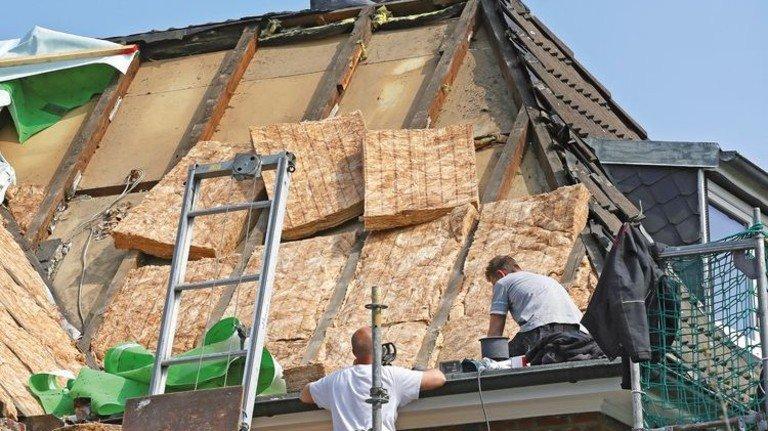 Das lohnt sich: Eine Dämmschicht auf dem Dach hält die Wärme im Hausinneren und hilft, beim Heizen Energie zu sparen. Foto: Adobe Stock