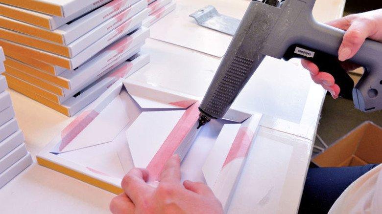 Konfektion für Profis: Viele einzelne Schritte sind nötig, bis ein Theken-Aufsteller für Lippenstifte fertig ist. Foto: Scheffler