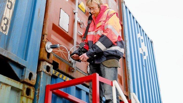 Check im Hafen: Airsense-Chef Wolf Münchmeyer prüft Container auf schädliche Belastungen. Foto: Werk