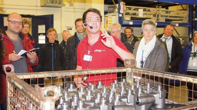 Spannend: Azubi Thomas Bergen erklärt die Produkte von Gestra. Foto: Werk