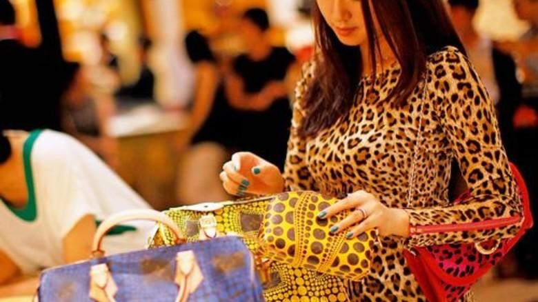 Umsatzbringer Mode und Accessoires: Junge Chinesin beim Einkauf in Schanghai. Foto: Reuters
