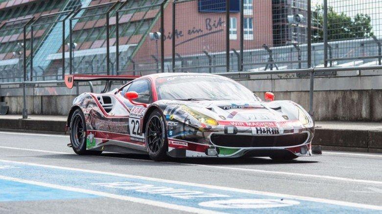 Geschoss mit Bilstein-Technik: Ein Ferrari auf dem Weg zur Startaufstellung. Foto: Straßmeier