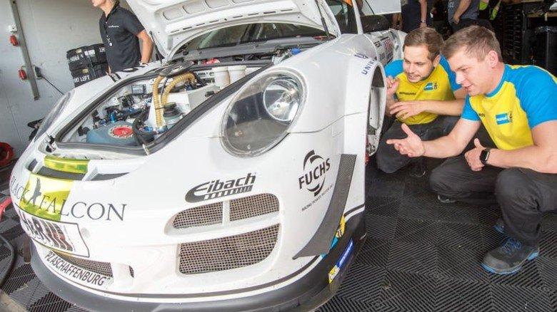 Checken die Dämpfer: Ingenieur Daniel Pitsch mit Friedrich Herzog an einem Porsche GT 4. Der Wagen gehört zum Rennteam Black Falcon, das für Bilstein fährt. Foto: Straßmeier