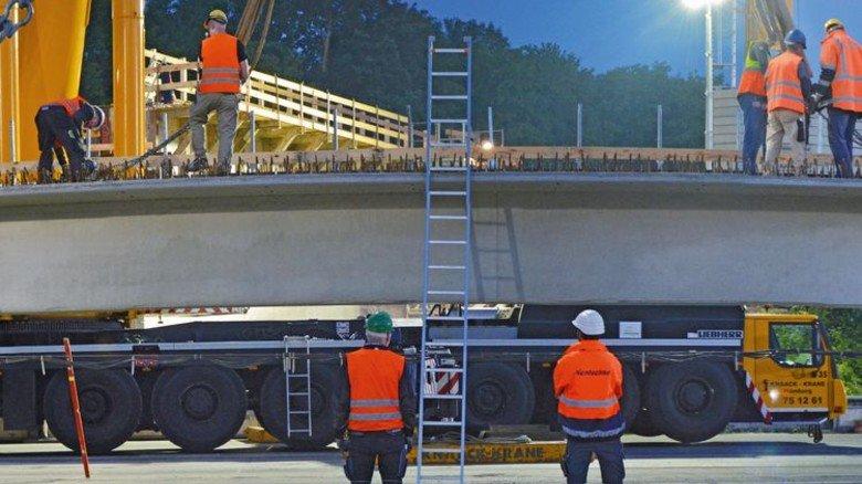 Koloss auf Achse: Von 2017 bis 2020 fließen insgesamt 2,9 Milliarden Euro allein in die Modernisierung der Fernstraßenbrücken. Foto: Universal Transport