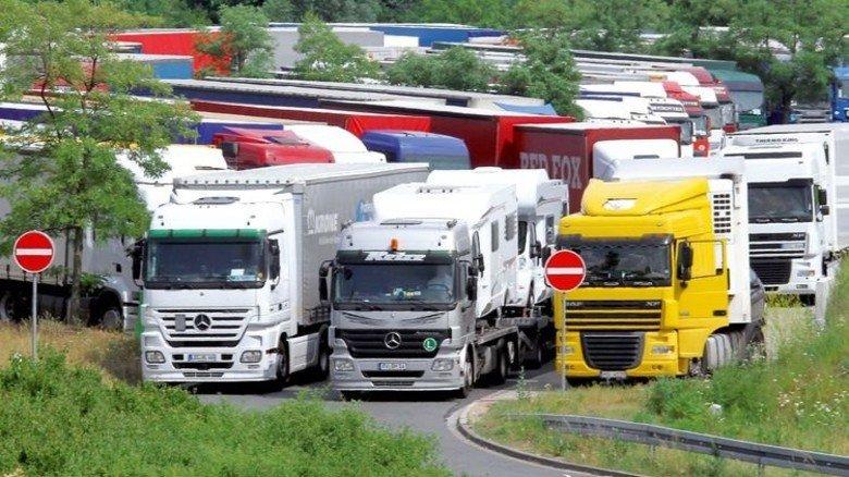 Wildes Parken: Der starke Lkw-Verkehr sorgt für Chaos, wie hier an der A2. Foto: Imago