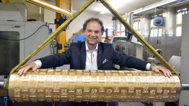 Zeigt stolz eine Gebäckformwalze für Spekulatius: Matthias Drees, Geschäftsführer bei OKA in Darmstadt.
