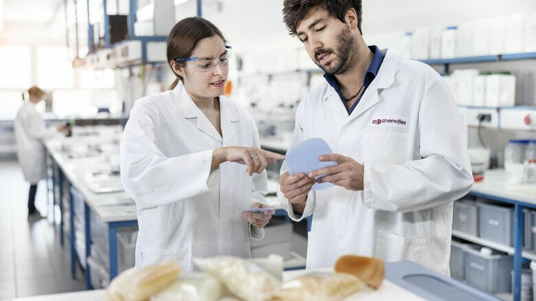 """Blick ins Labor: Bei Rhenoflex gehe es darum, Kundenanforderungen """"in Chemie zu übersetzen"""", sagt Geschäftsführer Frank Böttcher."""