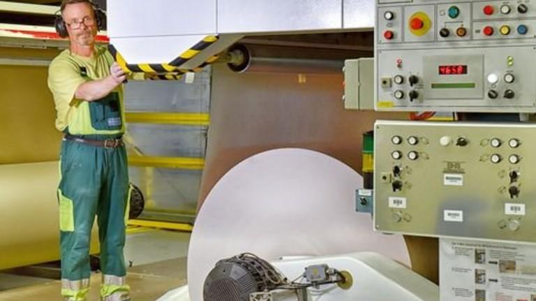 Nachschub: Andreas Czerwinski bereitet den Einsatz einer neuen Papierrolle vor. Foto: Deutsch